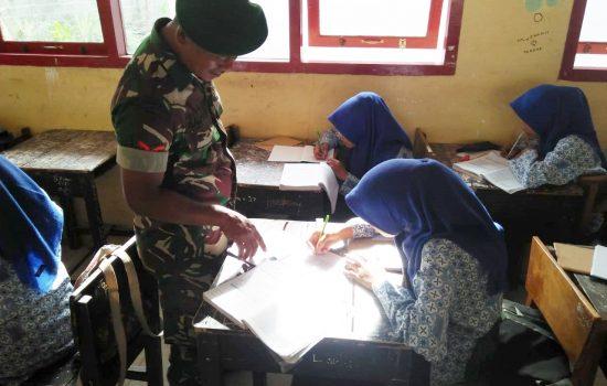 Babinsa Koramil 02/SKM Mengajar di SMP Negeri 1 Sibreh