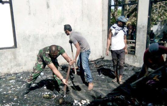 Babinsa Koramil 07/BTS Bantu Bersihkan Puing Pasca Kebakaran
