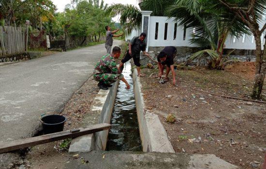 Cegah Banjir, Sertu Parwoto Bersama Warga Bersihkan Saluran Air