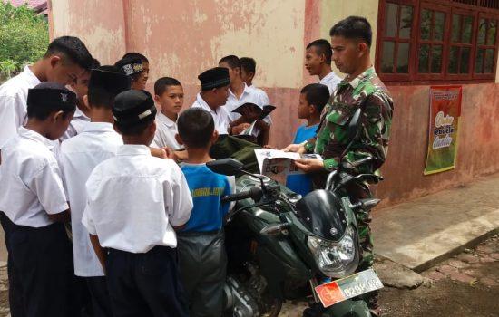 Tumbuhkan Minat Membaca Siswa, Serda Mirza Hadirkan Motor Pintar di SMPN 1 Indra Jaya