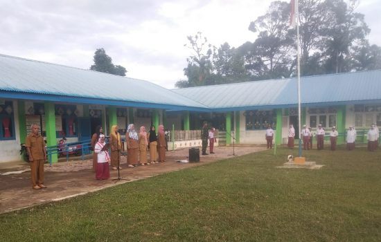 Babinsa Darul Hikmah Upacara Bersama Siswa SD