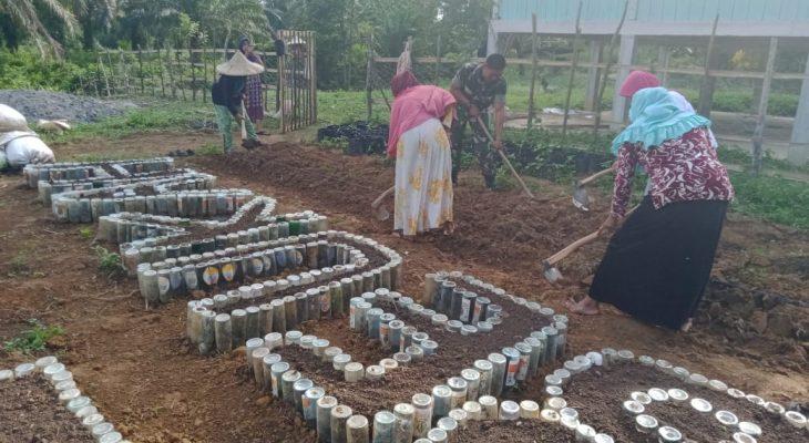 Kreatif, Babinsa Bersama Ibu – Ibu Tanam Sayuran Berbentuk Tulisan