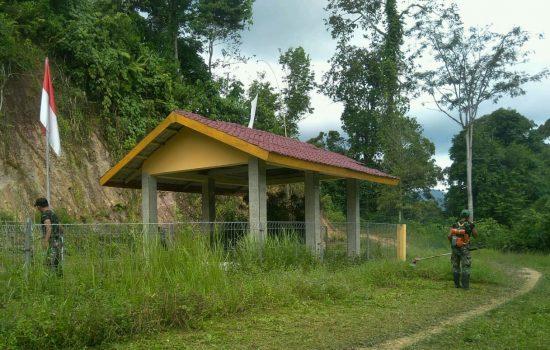 Koramil 08/Bakongan Bersihkan Taman Makam Pahlawan T. Raja Angkata
