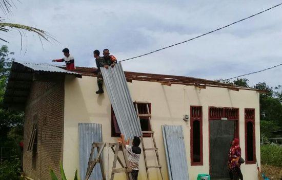Babinsa Bantu Warga Pasang Atap Rumah Yang Terbang Akibat Angin Kencang