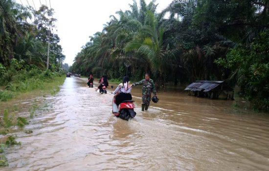 Danramil Simpang Kanan Kerahkan Anggota Untuk Bantu Korban Banjir