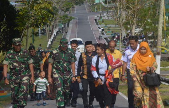 Kedatangan Ibu Susi ke Batalyon RK 114 / SM Disambut Tarian Beberu Gayo