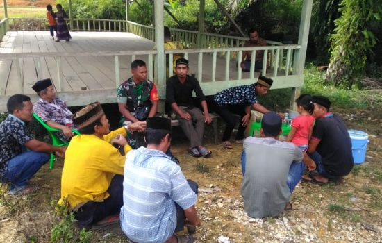 Peduli Lingkungan Desa Binaannya, Babinsa Ramil 03/Longkib Komsos Soal Kebersihan