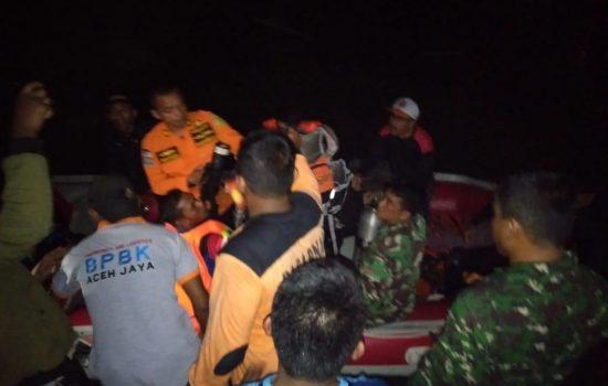 TNI Bantu Evakuasi Korban Tenggelam di Teunom
