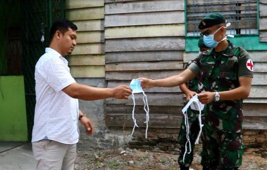 Cegah Corona, Prajurit Raider Khusus 111/KB Bagi-bagi Masker Kepada Masyarakat