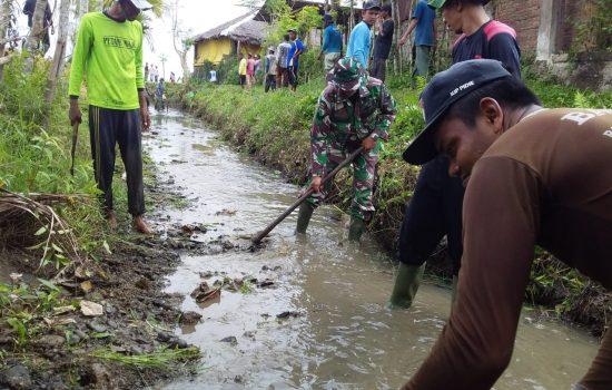 Babinsa Koramil Kembang Tanjung Ikut Karya Bakti Bersihkan Saluran Air Bersama Warga