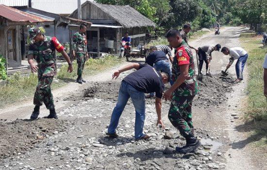Personel Koramil 13/Kluet Timur Gotong Royong Timbun Jalan Berlubang