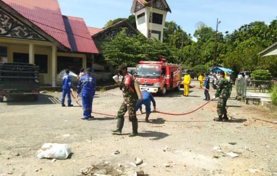 Secara Serentak, TNI/Polri dan Dinas Terkait di Aceh Selatan Lakukan Penyemprotan Disinfektan