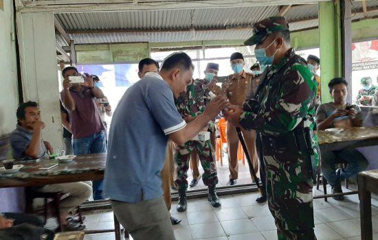 Dandim 0115/Simeulue bagikan Hand Sanitizer dan Masker Wajah Kepada Masyarakat