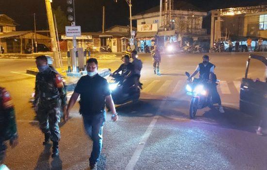 Tim Gabungan Melakukan Patroli di Tempat Keramian