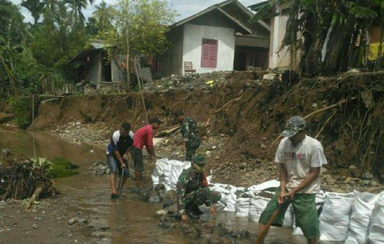 Personil Koramil 02/Lateng Bersama Warga Desa Pisang Gotong Royong Perbaiki Tanggul Sungai Akibat Longsor