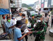 Dandim Dan Kapolres Aceh Selatan Bagikan Makanan Siap Saji Kepada Warga Dari Dapur Umum