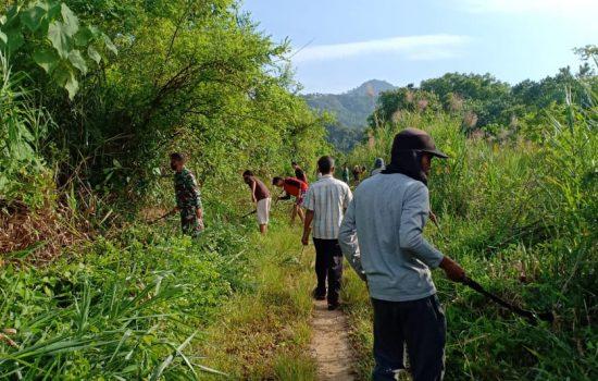 TNI dan Warga Gotong Royong Bersihkan Jalan Desa