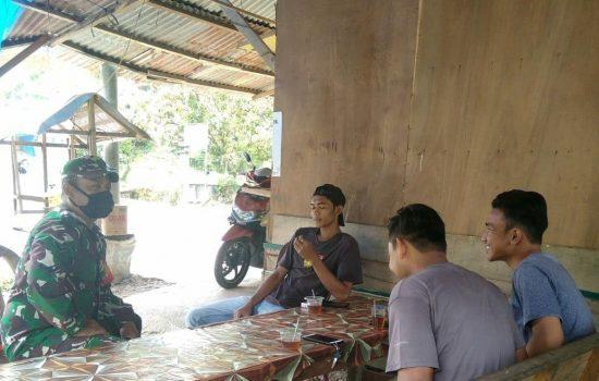 Komsos Ke Desa Binaan, Serda Syarif Ajak Pemuda Tingkatkan Keamanan dan Jauhi Narkoba