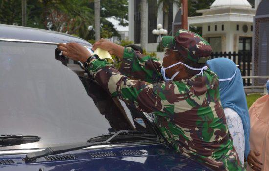 Dalam rangka Memperingati Hari Kekuarga Nasional Personel TNI Polri dan Bkkbn Bagikan Masker Gratis