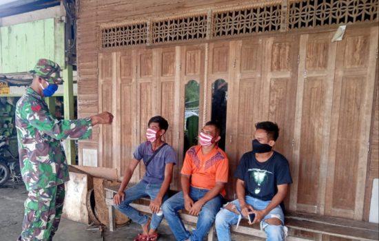 Upaya Pencegahan Penularan Covid 19, Babinsa Koramil 04/Salang Himbau Masyarakat Ikuti Protokoler Kesehatan