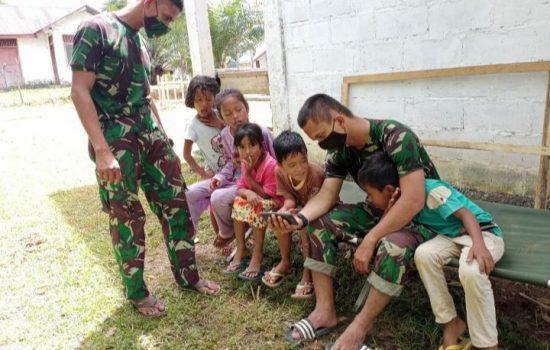 Suasana Canda Gurau Satgas TMMD Ke- 108 Kodim 0105/Aceh Barat, Bersama Anak- Anak Didesa Lango