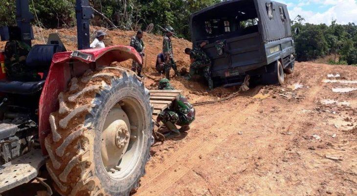 John Deere Bantu Mobil Truk Milik TNI Pengangkut Material Terperosok