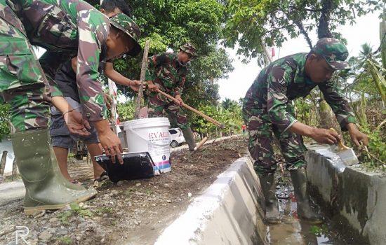 Satgas TMMD ke-108 Kodim 0116/Nagan Raya Laksanakan Gotong Royong Membersihkan Pekarangan dan Selokan Bersama Masyarakat
