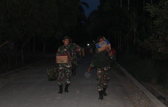 Malam Hari Satgas TMMD Reg 108 Kodim Nagan Raya, Jalan Kaki Menuju Lokasi Sasaran Berikutnya