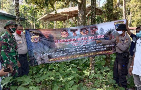 Terus Bekerja Keras Dalam Meminimalisir Karhutla di wilayah, TNI/Polri Pasang Spanduk Larangan Membakar Hutan dan Lahan