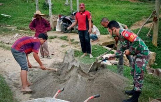 Guna Mengantisipasi Datangnya Musim Penghujan, Babinsa Ramil 06/Dam Dan Warga Kompak Membuat Saluran Air