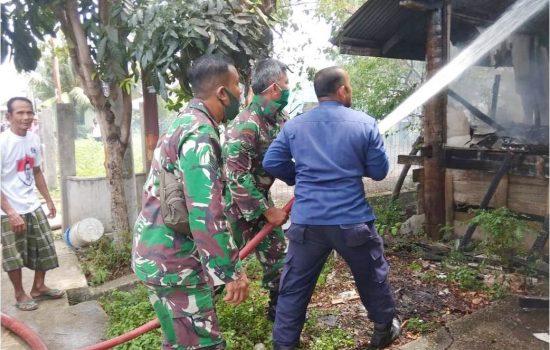 Sigap Babinsa Posramil Kuta Raja Kodim 0101/BS, Bantu Padamkan Kebakaran Rumah Warga