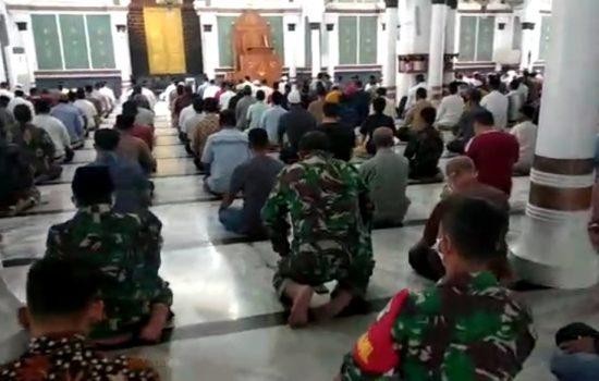 Kabintaldam IM Mengajak Para Jamaah Untuk Menerapkan Protokol Kesehatan Pada Saat Shalat Di Masjid Raya Baiturrahman