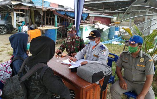 Pantau Pendatang, Babinsa Koramil 0109-02/Singkil Kunjungi Posko COVID-19