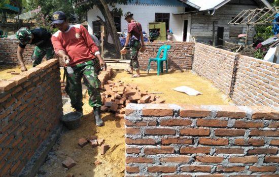 Personil Kodim 0103/Aceh Utara Kejar Pembangunan Rumah Ibu Fatimah