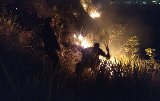 TNI – POLRI Bersama Masyarakat Bahu Membahu Padamkan Kebakaran di Gua Jepang