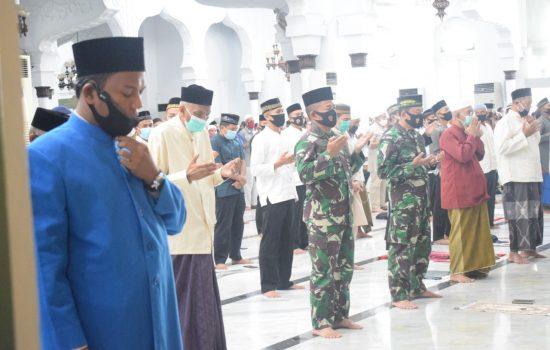 Pangdam IM, Mayjen TNI Hassanudin, S.I.P, M.M Turun Langsung dalam Penegakan Prokes di Masjid Raya Baiturrahman