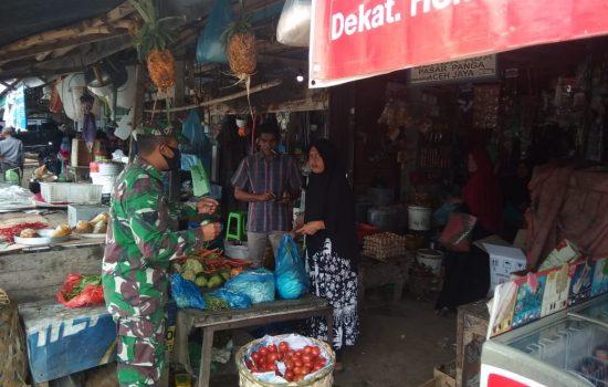 Babinsa Koramil 05/Panga Himbau Warga Pakai Makser di Pasar Keude Panga