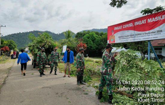 Gandeng Mahasiswa, Koramil 13/KT Gotong Royong Bersihkan Lingkungan Desa Paya Dapur