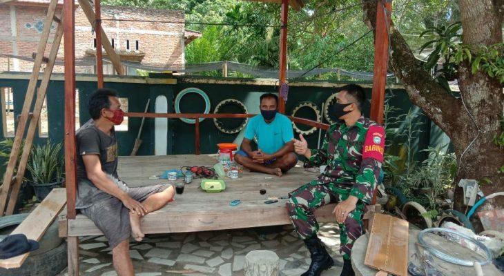 Komsos ke Desa Binaan, Serda Stevanes Ajak Warga Selalu Terapkan Protkes Saat Beraktivitas di Luar Rumah