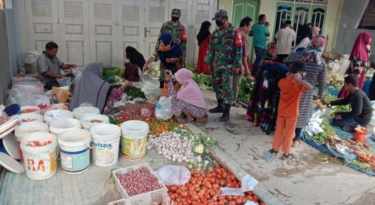 Babinsa Koramil 09/Trumon Pantau Harga Sembako dan Penerapan Protkes di Pasar Krueng Luas