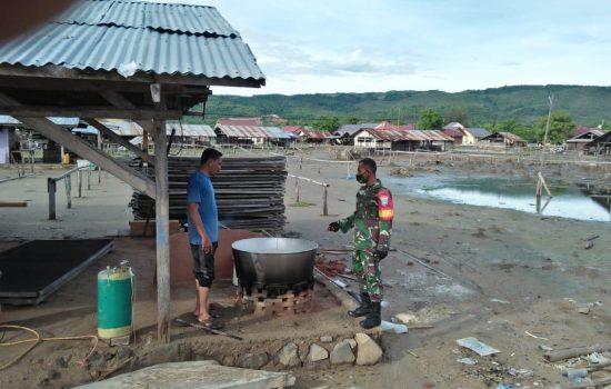 Babinsa Serda Zainal Abidin Datangin Usaha Pembuatan Ikan Asin