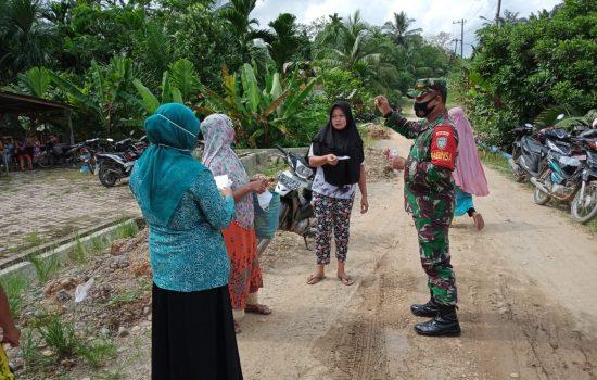 Aksi Babinsa Bagikan Masker Gratis Kepada Masyarakat di Desa Binaan