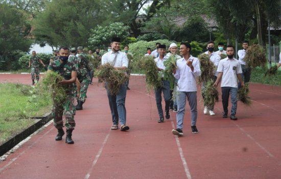 TNI-Polri Bersama Pelajar Semangat Bersihkan Lapangan Pemuda