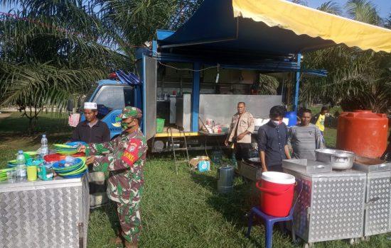 Sumur Gas Bocor, Babinsa Ramil 18/Bda Bantu Dinsos Siapkan Makanan Pengungsi
