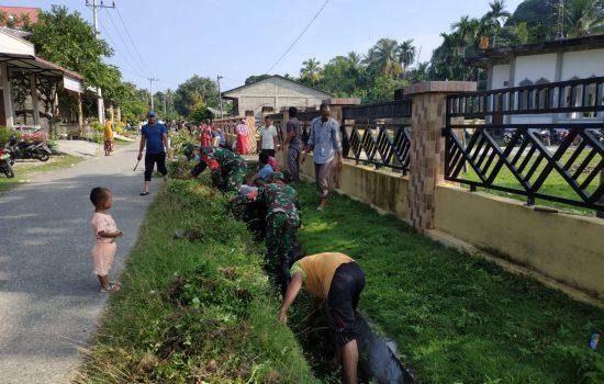 Babinsa Bersama Warga Gotong Royong Membersihkan Paret