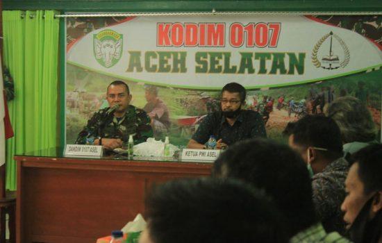 Apresiasi Kerjasama Insan Pers, Dandim 0107/Aceh Selatan Serahkan Piagam Penghargaan Kepada Wartawan