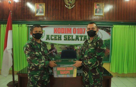 Secara Simbolis, Dandim Menyerahkan Bingkisan Kasad Kepada Prajurit Kodim 0107/Aceh Selatan