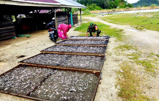 Dukung Program Pemerintah, Babinsa Layeun Dampingi Pengrajin Ikan Asin