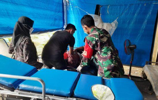 Babinsa Koramil 16/Bds Bantu Evakuasi Warganya yang Terkonfirmasi Virus Covid 19