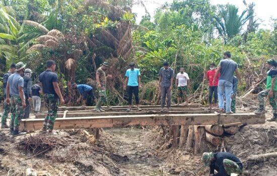 Kapendam IM: Satgas TMMD Kodim 0115/Simeulue dan Masyarakat Bahu-membahu Bangun Jembatan